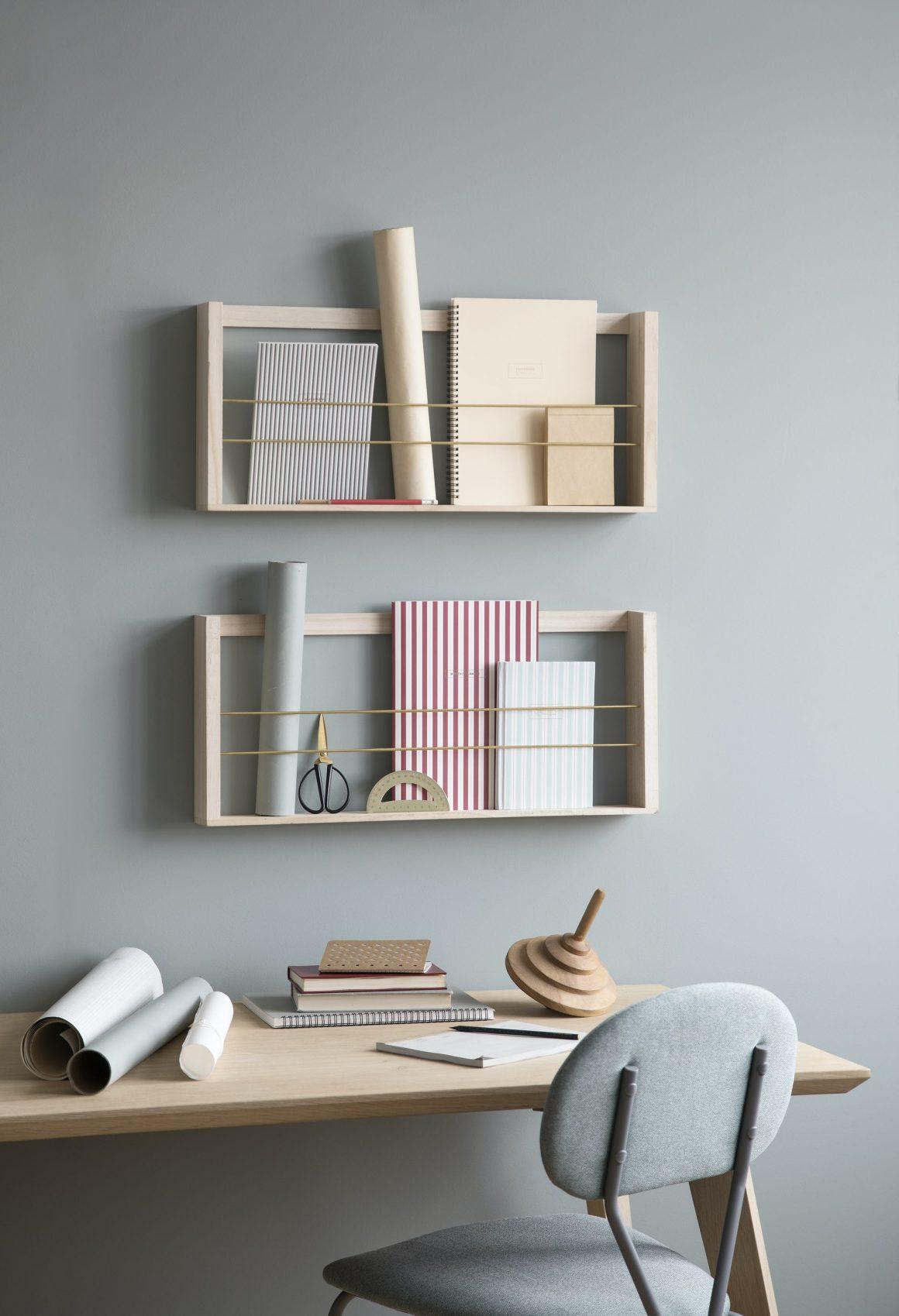 portes documents DIY en bois accrochés sur un mur couleur pastel pour ranger des documents et des objets déco