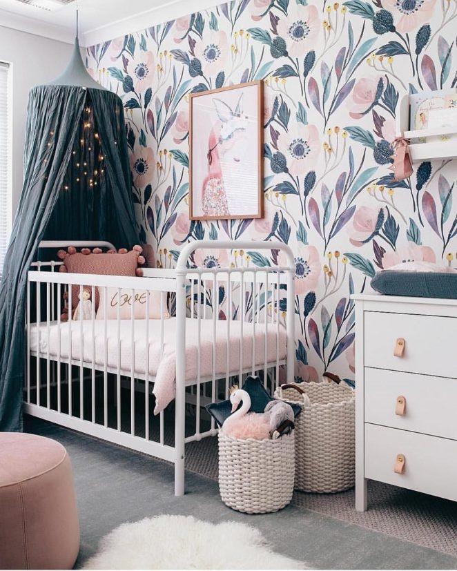papier peint fleuri et coloré pour cette chambre bébé de couleurs roses et pastel