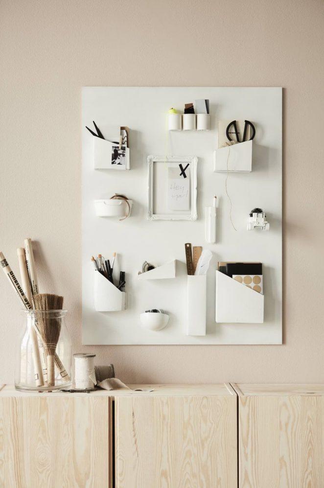 un panneau mural blanc composé de plusieurs compartiments pour ranger des fournitures