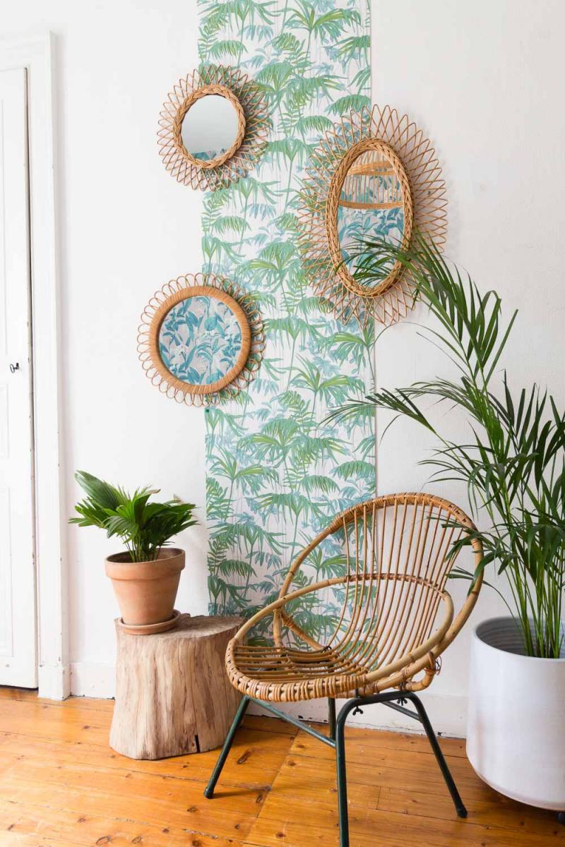 une bande de papier peint effet jungle couvre le mur de ce coin de salon de déco tropicale