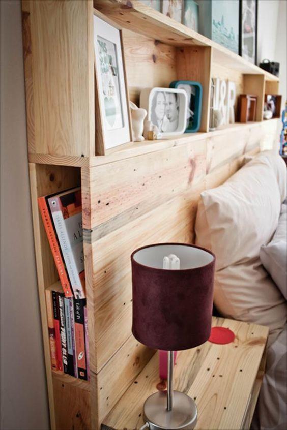 étagères et rangements ainsi qu'une table de chevet en bois dans une tête de lit en palette