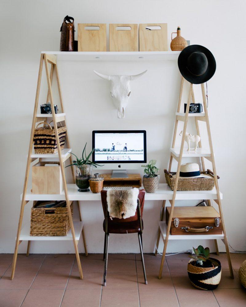 bureau DIY composé d'une plan de travail blanc porté par deux échelles doubles