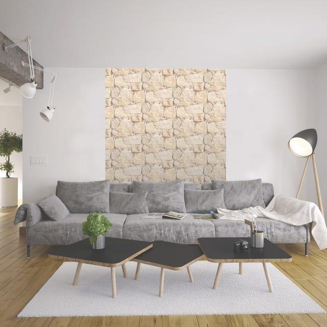 grand canapé moderne gris dans un salon minimaliste dont le mur est couvert d'un papier peint beige effet roche