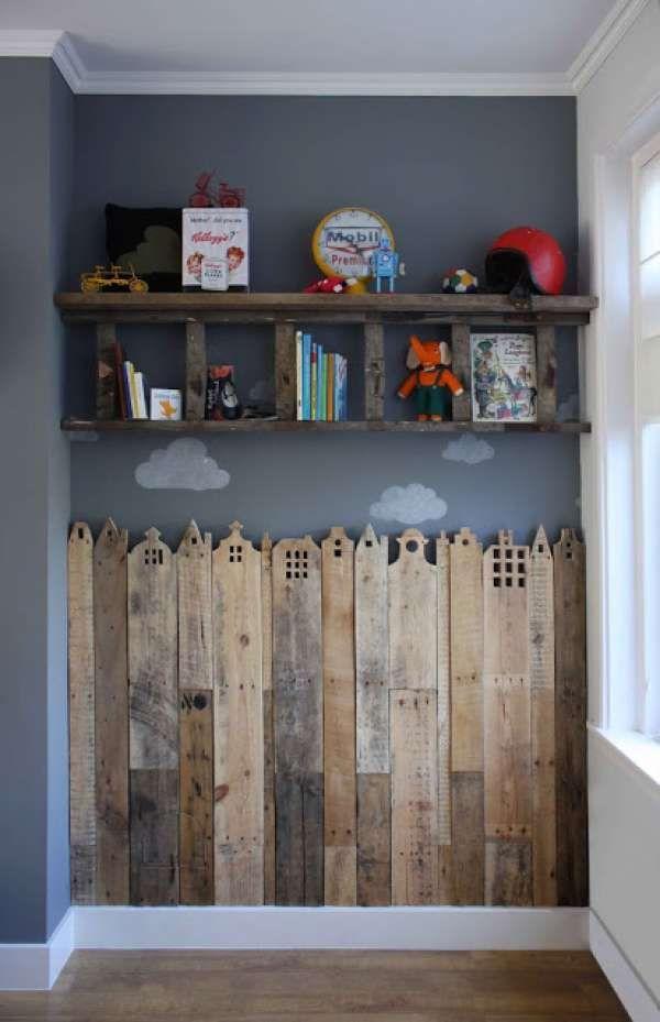 étagères en bois ancien pour ranger des jouets au dessus d'un mobilier en palette en bois pour enfants