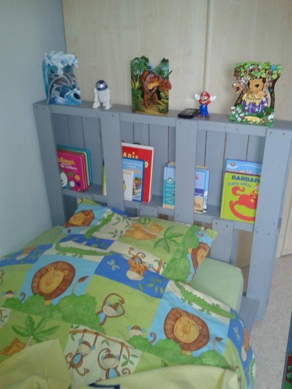 lit pour enfant en bois peint en bleu avec des rangements pour livres et magazines