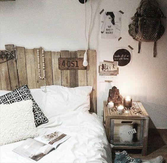 table de chevet et tête de lit en palette en bois dans cette chambre de déco bohème
