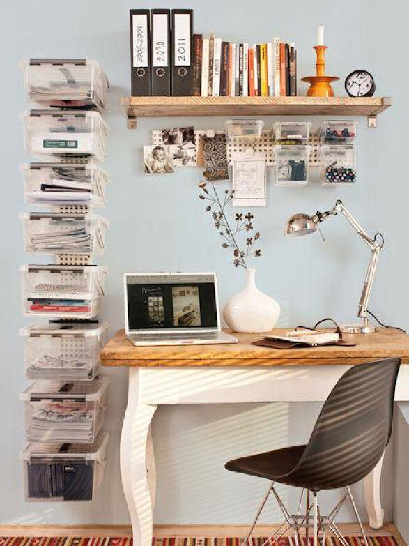 boites de rangement en plastique fixées au mur à côté d'un bureau de style classique