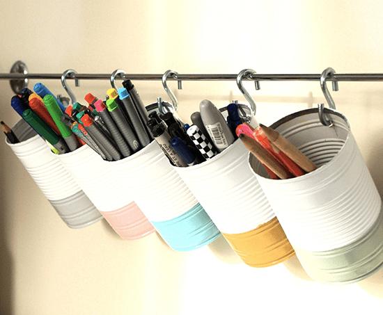 des boites de conserve métalliques transformées en rangements pour crayons