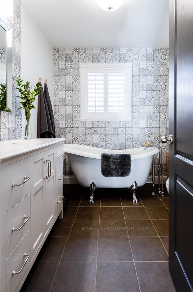 papier peint à carreaux aux motifs géométriques dans une salle de bains avec baignoire