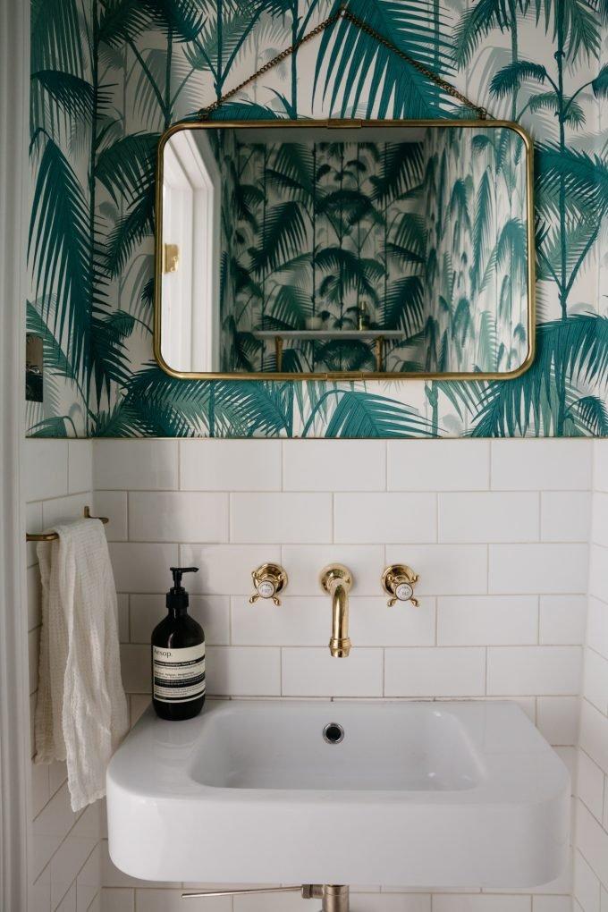 papier peint à feuilles vertes de palmiers dans salle de bains en faïence