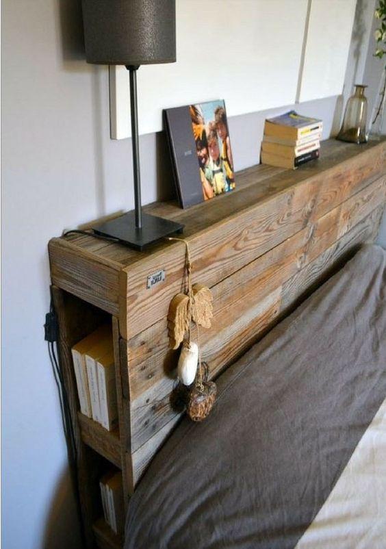 tête de lit en bois ancien avec rangements pour livres