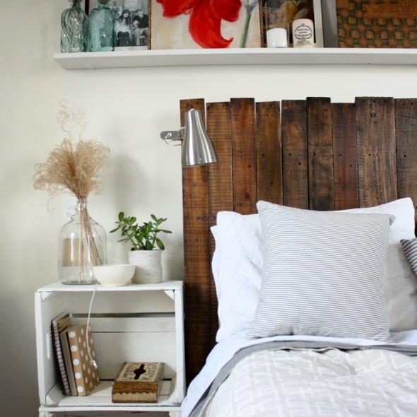 tête de lit foncée en palette restructurée