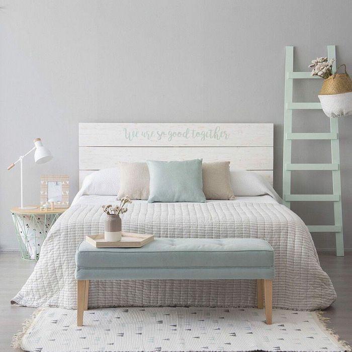 chambre adulte style scandinave avec mobilier couleur pastel et tête de lit en bois