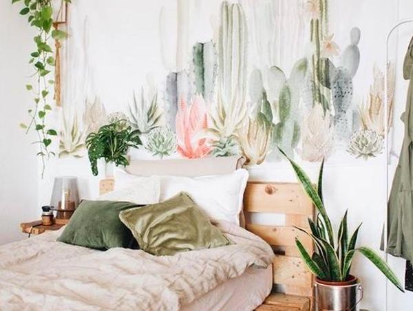 chambre adulte déco exotique avec tête de lit en palette et papier peint tropical