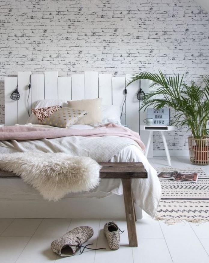 chambre déco scandinave avec tête de lit en palette blanche