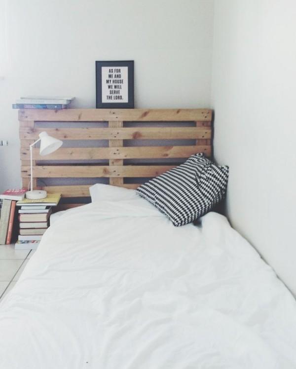tête de lit en palette DIY posée sur le sol