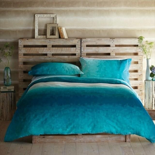 tête de lit en palette et linge de lit turquoise