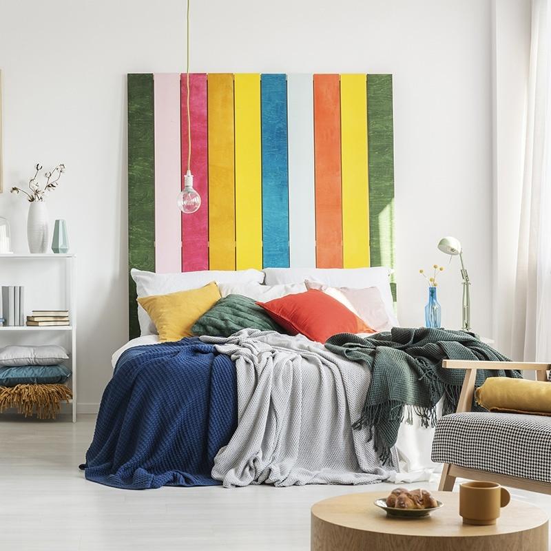 chambre colorée avec une tête de lit en palette arc en ciel