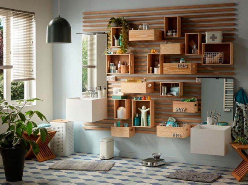 caisses de vins en guise de rangements muraux dans une salle de bains