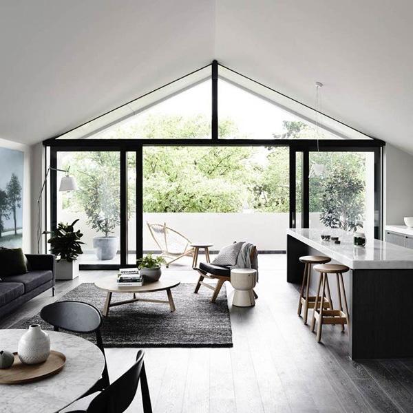 espace ouvert de style minimaliste avec un bar en marbre et un salon scandinave
