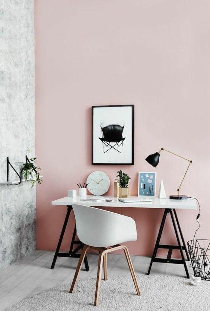 coin bureau avec chaise scandinave et plateau blanc contre un mur peint en rose poudré