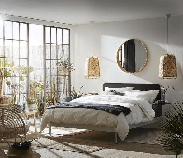 chambre adulte à déco printemps avec linge de lit blanc et grandes fenêtres laissant passer la lumière