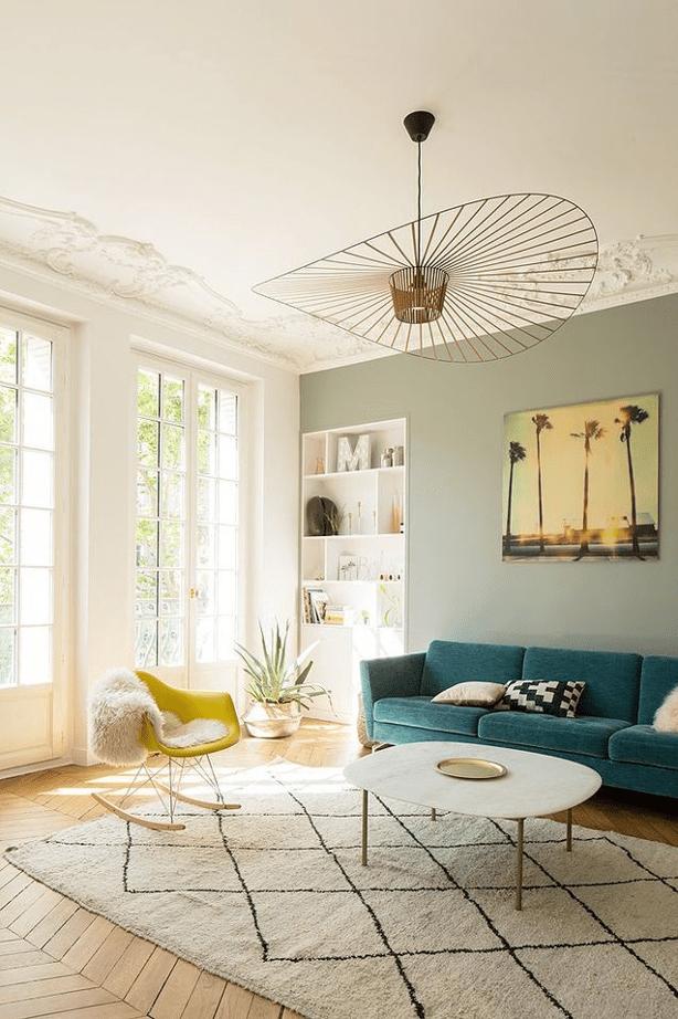 déco printemps pour cette pièce colorée avec canapé vert émeraude et fauteuil scandinave en jaune moutarde