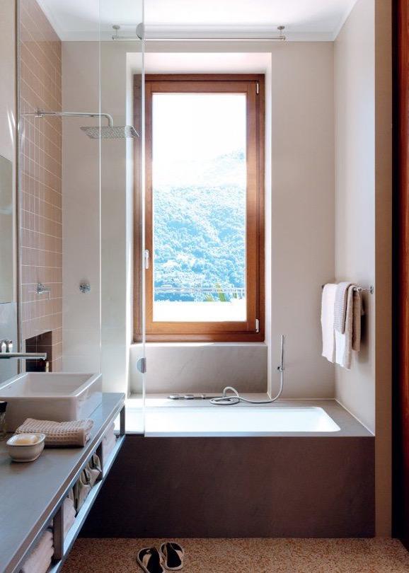 large fenêtre donnant sur une baignoire dans une salle de bain