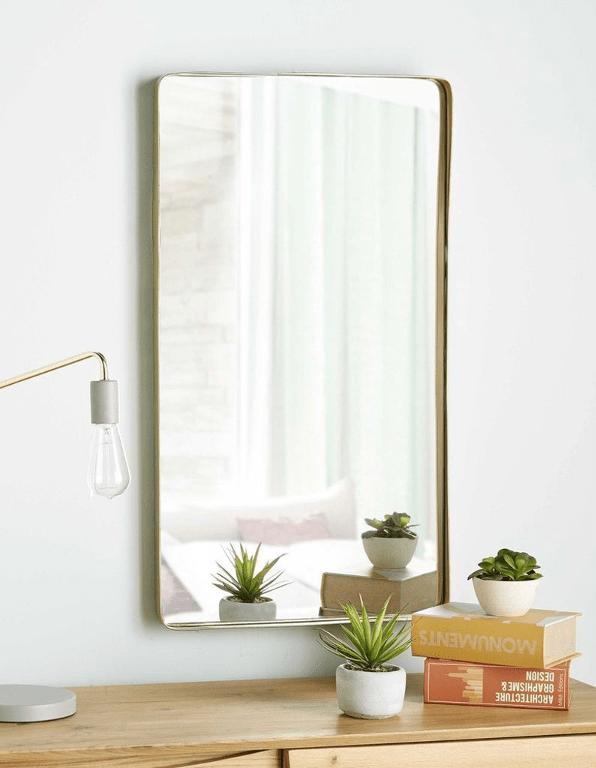 large miroir rectangulaire aux bords dorés