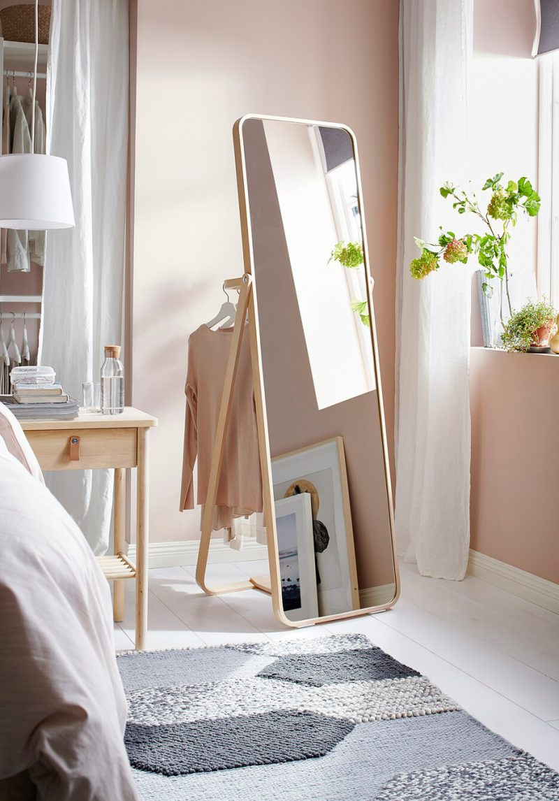 large miroir sur pied dans une chambre rose