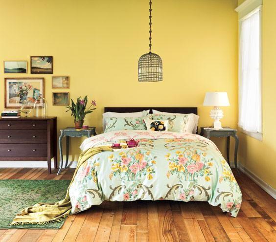 chambre adulte au mobilier vintage et murs peints en jaune
