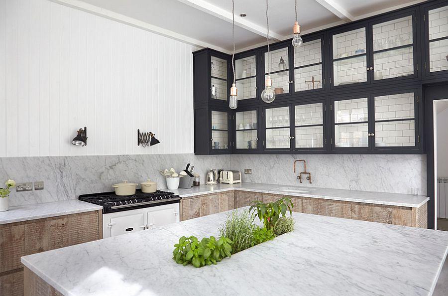 cuisine moderne avec plans de travail en marbre et placards en bois noir