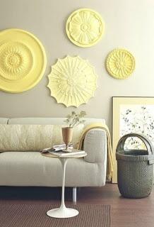 déco murale jaune sous forme de plateaux ronds