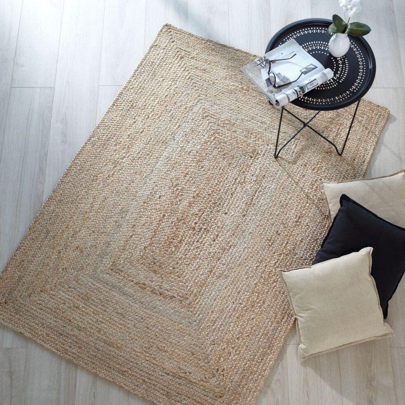 tapis en jonc de mer sur un parquet en bois clair pour une déco printemps