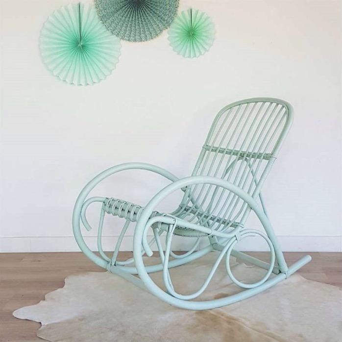 fauteuil à bascule vert d'eau en osier