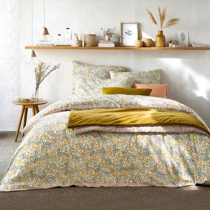 linge de lit à motifs fleuris dans une chambre lumineuse de déco printemps