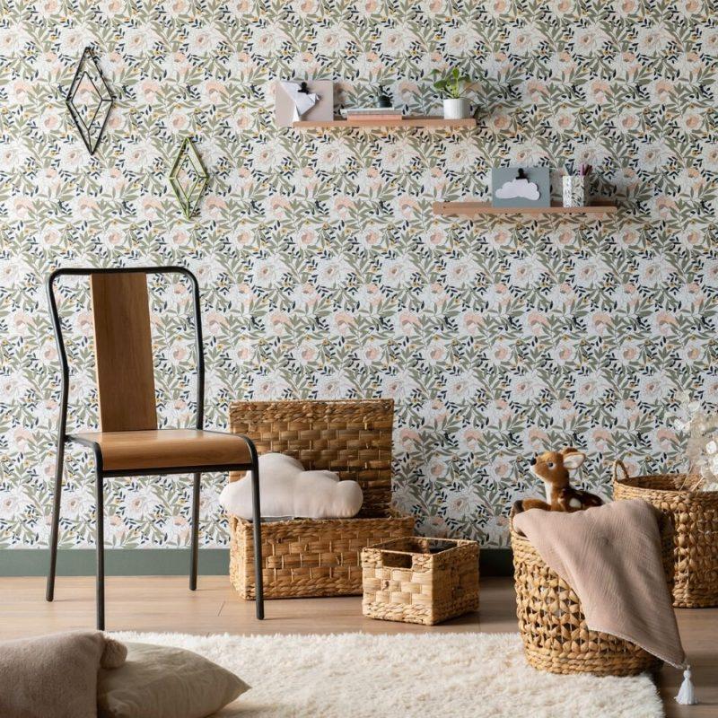 papier peint à motifs fleuris sur les murs de cette pièce remplie de paniers en osier
