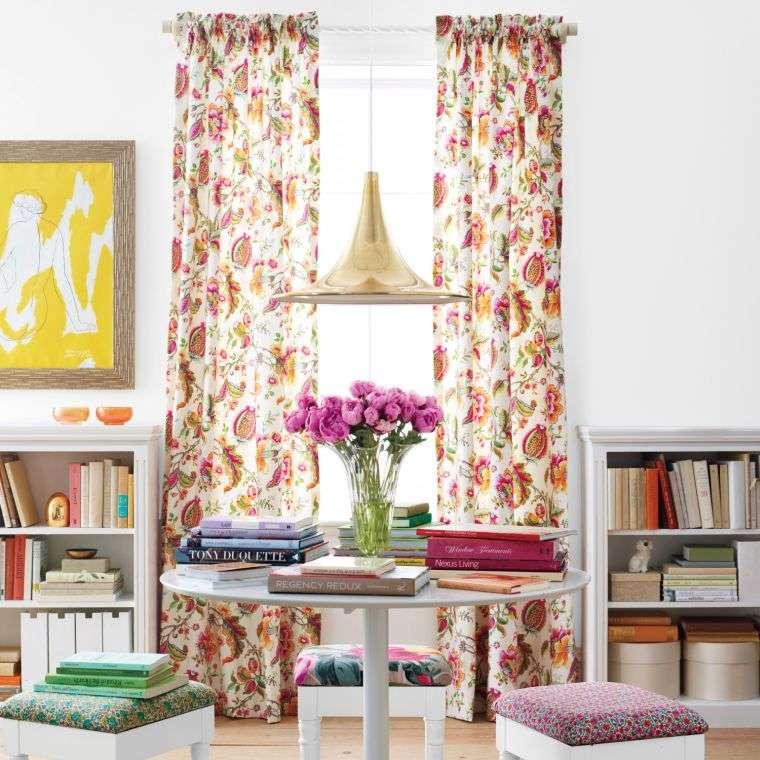 déco printemps pour une pièce colorée avec des rideaux à motifs fleuris