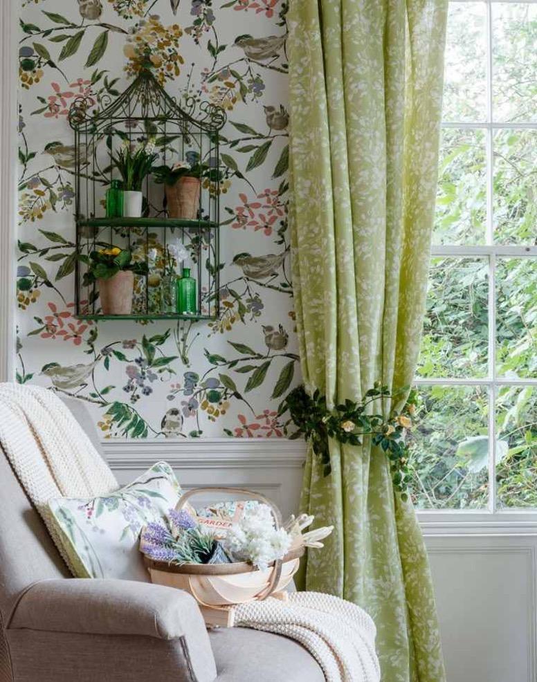 rideaux à motifs fleuris sur papier peint exotique coloré