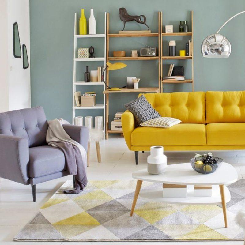 salon scandinave avec canapé jaune moutard et fauteuil gris dans une déco printemps