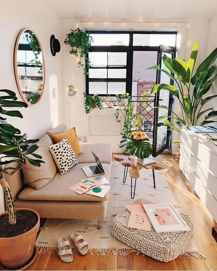 une déco printemps d'un salon bohème lumineux avec des plantes vertes et du mobilier coloré