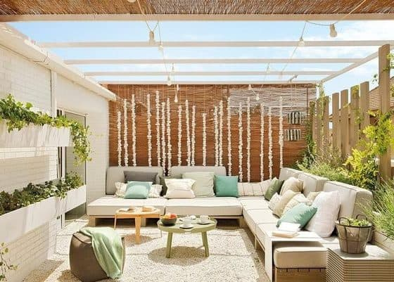 aménager une terrasse avec du mobilier moderne et une cloison en bois