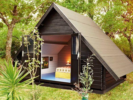aménagement cabane de jardin en coin nuit avec lit et lumière tamisée