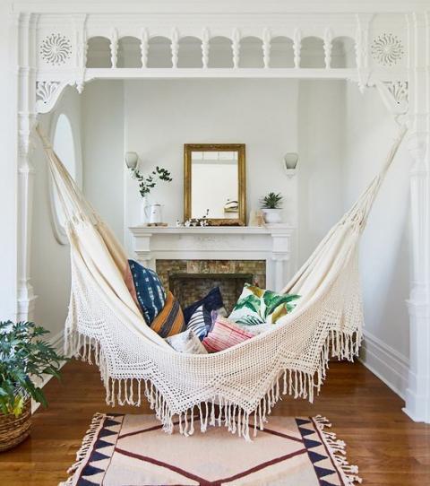 hamac rempli de coussins accroché dans une pièce de style classique