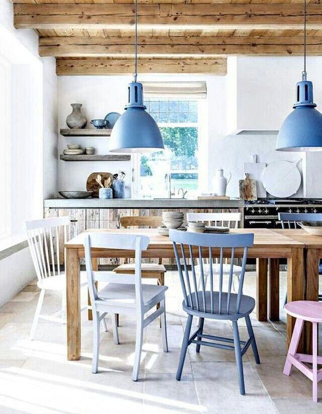 cuisine de maison de vacances avec mobilier et luminaire bleus