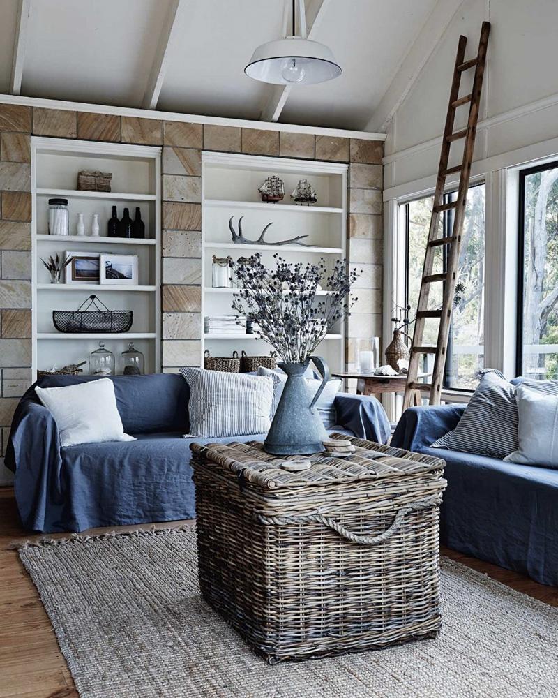 salon d'ambiance bord de mer avec tapis en jonc de mer et mobilier en osier