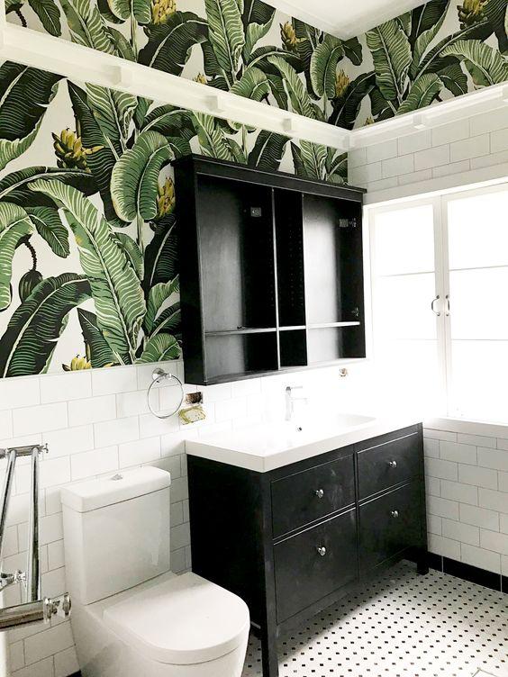 papier peint exotique dans salle de bains en faïence blanche