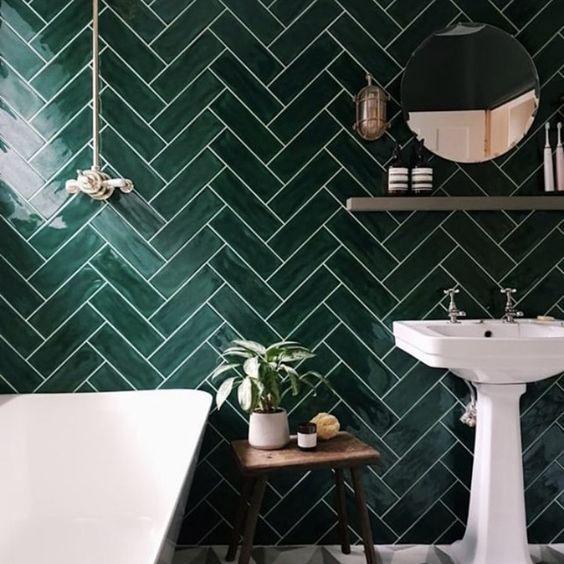 faïence vert émeraude dans salle de bains pour une déco été