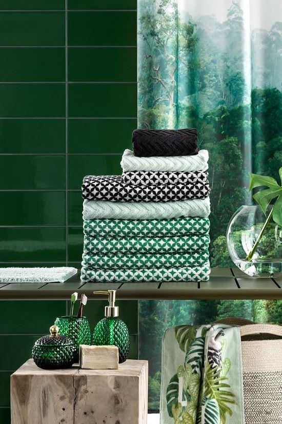 linge de bain et déco de salle de bains en nuances de vert