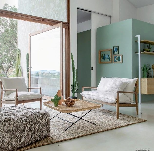 tapis en jonc de mer pour une chambre déco été illuminée à travers de grandes fenêtres